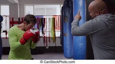punchbag, entraîneur, gymnase, utilisation, boxe, caucasien...