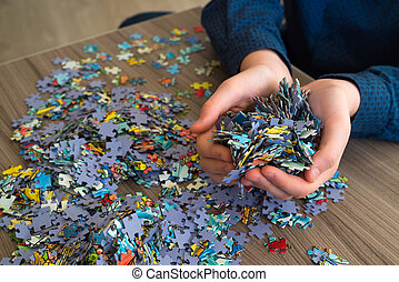 punhado, de, quebra-cabeças, em, mãos, de, um, adolescente