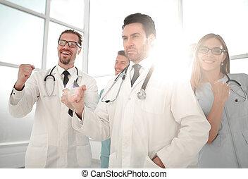 punhos, success., bombear, celebrando, doutores, sorrindo