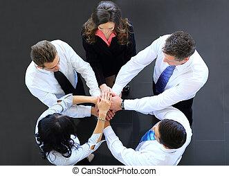punta la vista, de, empresarios, con, su, manos juntos, en un círculo