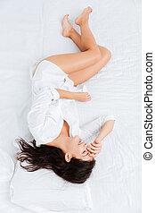 punta la vista, de, encantador, mujer, acostado, y, relajante, en cama