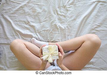 punta la vista, de, mujer joven, con, presente, caja, en, manos