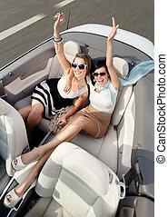 punta la vista, de, mujeres, en el coche, con, su, manos arriba
