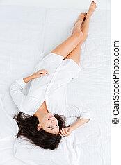 punta la vista, de, simpático, mujer, acostado, y, relajante, en cama