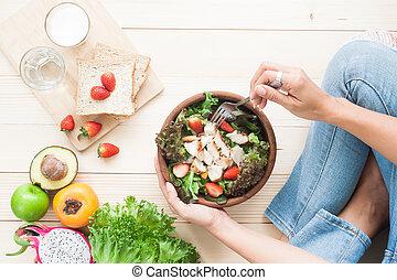 punta la vista, mujer que come, ensalada de pollo, con, fruits, vegetales, panintegral, y, leche, en, de madera, plano de fondo, alimento sano