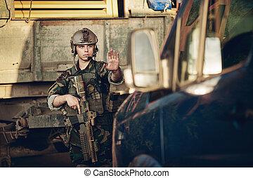 punto controllo, automobile, fermato, soldati