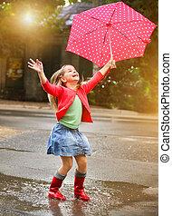 puntos, llevando, lluvia, niño, botas, paraguas rojo, polca