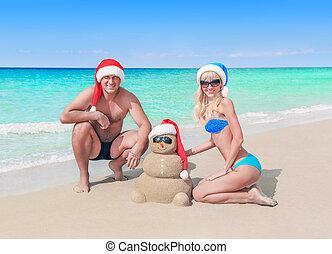 pupazzo di neve, divertente, mare, coppia, natale, santa, spiaggia, cappelli, sabbioso, amare