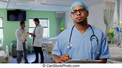 pupille, debout, docteur, mâle, hôpital, 4k