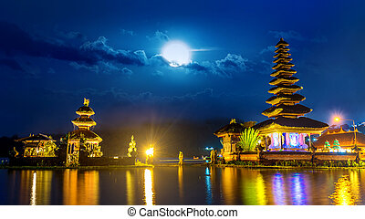 pura ulun danu, bratan, templo, por la noche, en, bali, indonesia.