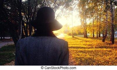 purchases, женщина, элегантный, пальто, парк, их, собирается, через, зрелый, 3840x2160, солнце, мешки, шапка, sunset.