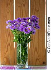 purpere bloemen, bouquetten, in, een, glas, op de tafel