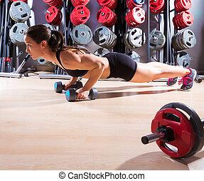 push-ups, frau, mit, hanteln, workout, fitness