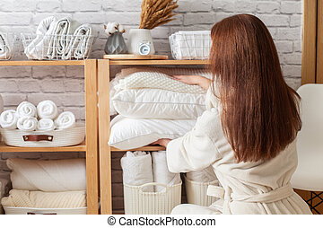 puxa, clothes., mulher, travesseiros, alegre, cópia, jovem, shelf., armazenamento, saída, bonito, topo, space.