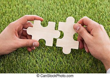 puzzel, hände, verbinden, zwei stücke