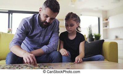 puzzles., dochter, zittende , sofa, vader, kleine,...