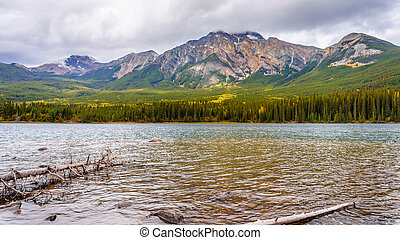 Pyramid Mountain in Jasper - Pyramid Lake with Pyramid ...