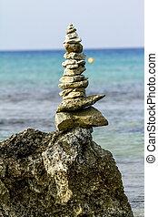 pyramide, de, pierres, sur, a, fond, de, beau, mer, paysage