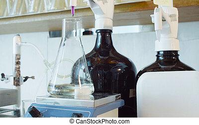 químico, análisis, laboratory., frasco, con, solución, durante, titrating