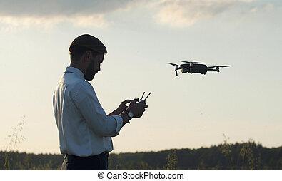 quadcopter, contrôleur, tenue, homme, naviguer
