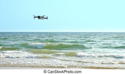 quadcopter, flugor, omkring, över, luft, drönare, sea., ovanför, virvlar, dens, hav, axel