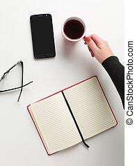 quaderno, aperto, femmina, caffè, occhiali, testo, mano, tazza, sfondo bianco, telefono, rosso, vista, spazio, cellula, presa a terra, cima