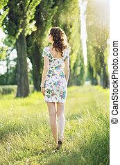 quadro, apresentando, a, mulher caminhando, entre, a, árvores