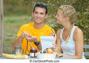 quadro, de, par jovem, tendo, pequeno almoço, jardim
