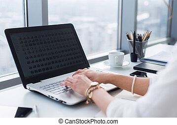 quadro, desenhista, trabalhando, escritório., usando, mãos, procurar, ideas., pc, local trabalho, femininas, luz, digitando, novo, vista lateral