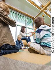 quadro, mostrando, livro, professor, crianças