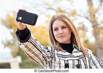 quadro, mulher, levando, jovem, telefone, câmera, bonito