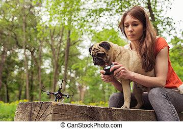 quadrocopter., quadrocopter, begin, pug hond, meisje