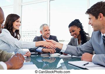 quand, poignée main, fin, collègue, femme affaires, réunion...