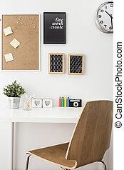 quarto branco, escrivaninha