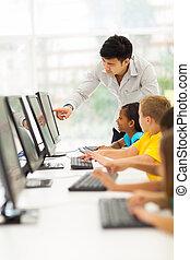 quarto escola, primário, ajudando, computador, estudante, professor