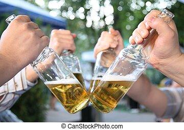 quatre, bière, 2, bouteilles, mains
