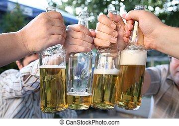 quatre, bouteilles bière, mains