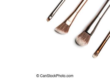 quatre, brillant, bronze-, et, silver-coloured, brosses maquillage, pour, demande, poudre, fard paupières, eyeliner, bronzer, et, highlighter, arrangé, dans, les, coin, et, tire au-dessus, à, studio, lumière, blanc, fond