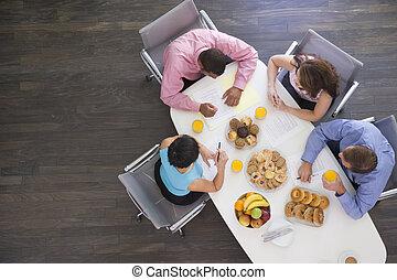 quatre, businesspeople, à, salle réunion, table, à, petit...
