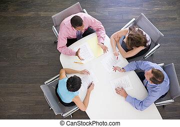 quatre, businesspeople, à, salle réunion, table