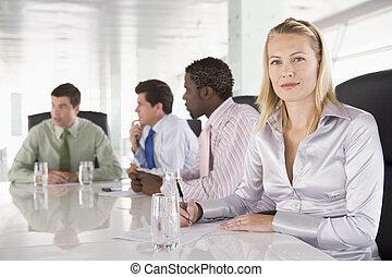 quatre, businesspeople, dans, a, salle réunion