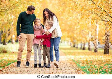 quatre, famille, automne, portrait, jour, heureux