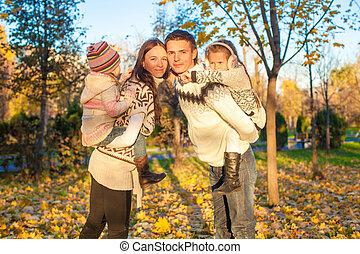 quatre, famille, ensoleillé, parc, avoir, automne, chaud, amusement, jour