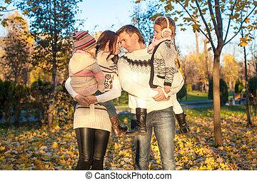 quatre, famille, ensoleillé, parc, promenade, automne, jour chaud