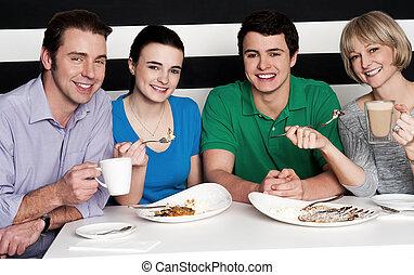 quatre, famille heureuse, restaurant