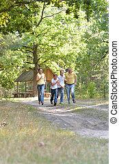 quatre, famille, parc, automne, courant, portrait, heureux