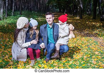 quatre, famille, parc, ensoleillé, automne, merveilleux, apprécier, adorable, jour