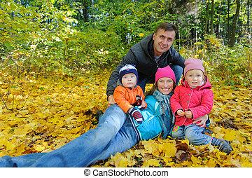 quatre, famille, parc, jaune, feuillage automne, heureux