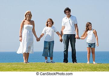 quatre, famille, tenant mains