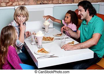 quatre, gai, petit déjeuner, apprécier, famille